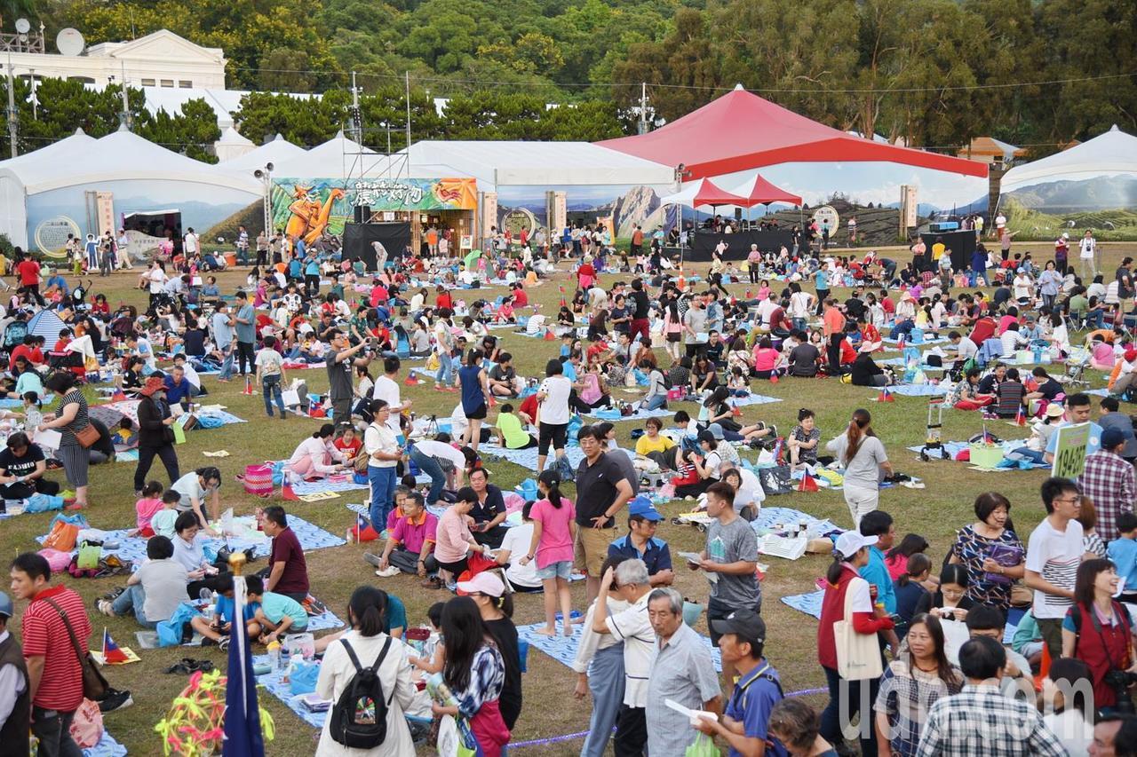 南投世界茶業博覽會昨天下午舉辦千人野餐活動,吸引上千人參與,和親朋好友席地而坐,...