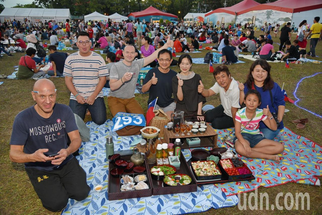 南投世界茶業博覽會昨天下午舉辦千人野餐活動,外國友人也來野餐品茗,體驗南投特有的...