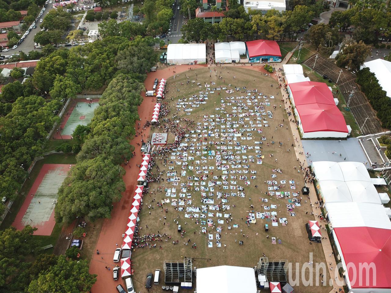 南投世界茶業博覽會昨天下午舉辦千人野餐活動,茶席設計別具巧思,透過空拍機往下拍,...