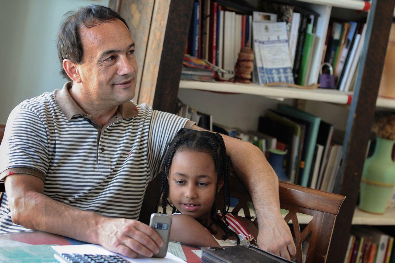 對移民友善的義大利里亞切市市長盧卡諾2日被捕。圖為他2011年在辦公室與一位衣索...