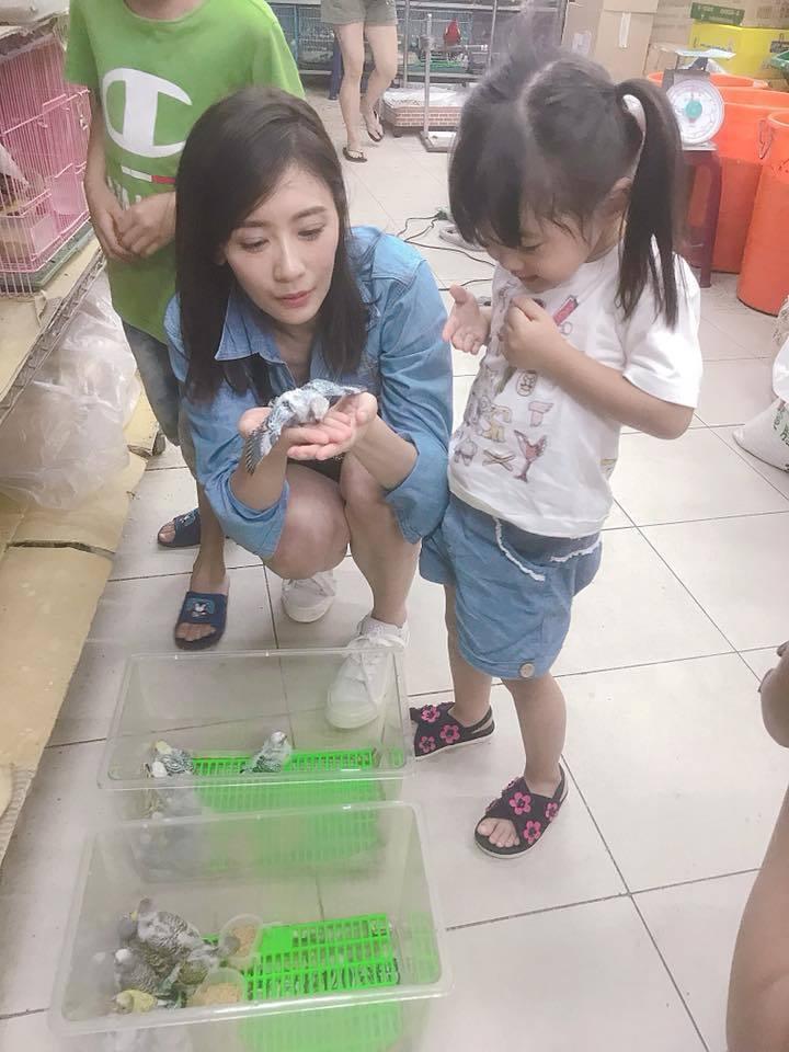 賈靜雯帶咘咘到寵物店挑選小鳥寵物。圖/摘自臉書