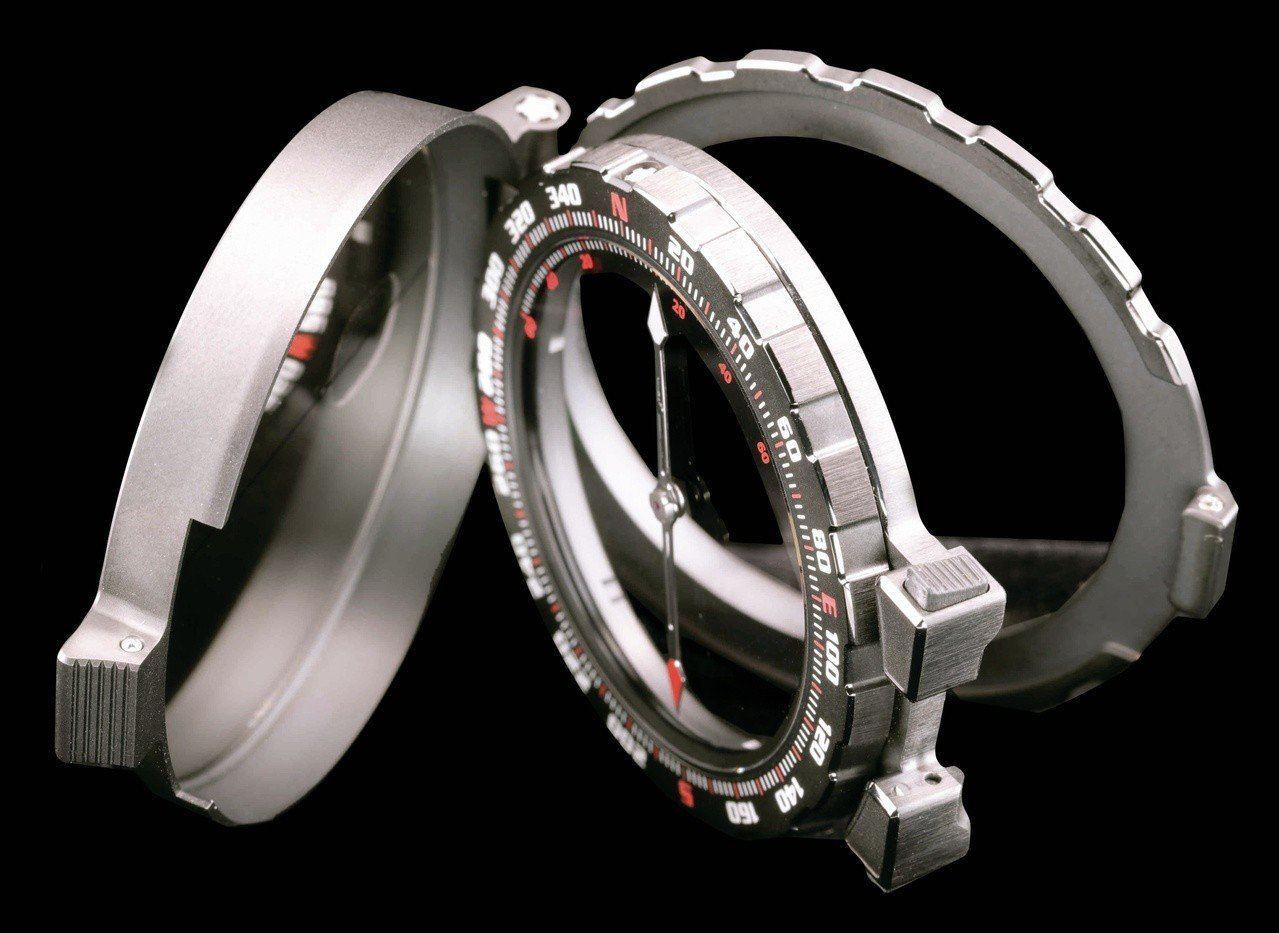 RM 25-01冒險家史特龍陀飛輪計時碼表備有雙表圈,其中指南針可從表上卸下,在...