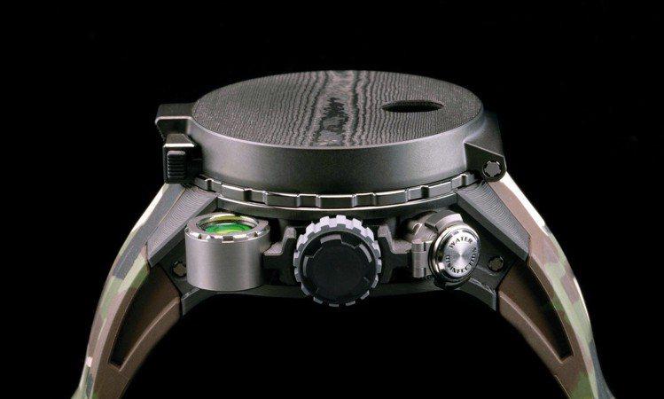 RM 25-01冒險家史特龍陀飛輪計時碼表的指南針蓋,利用黑色木紋處理增添質感。...
