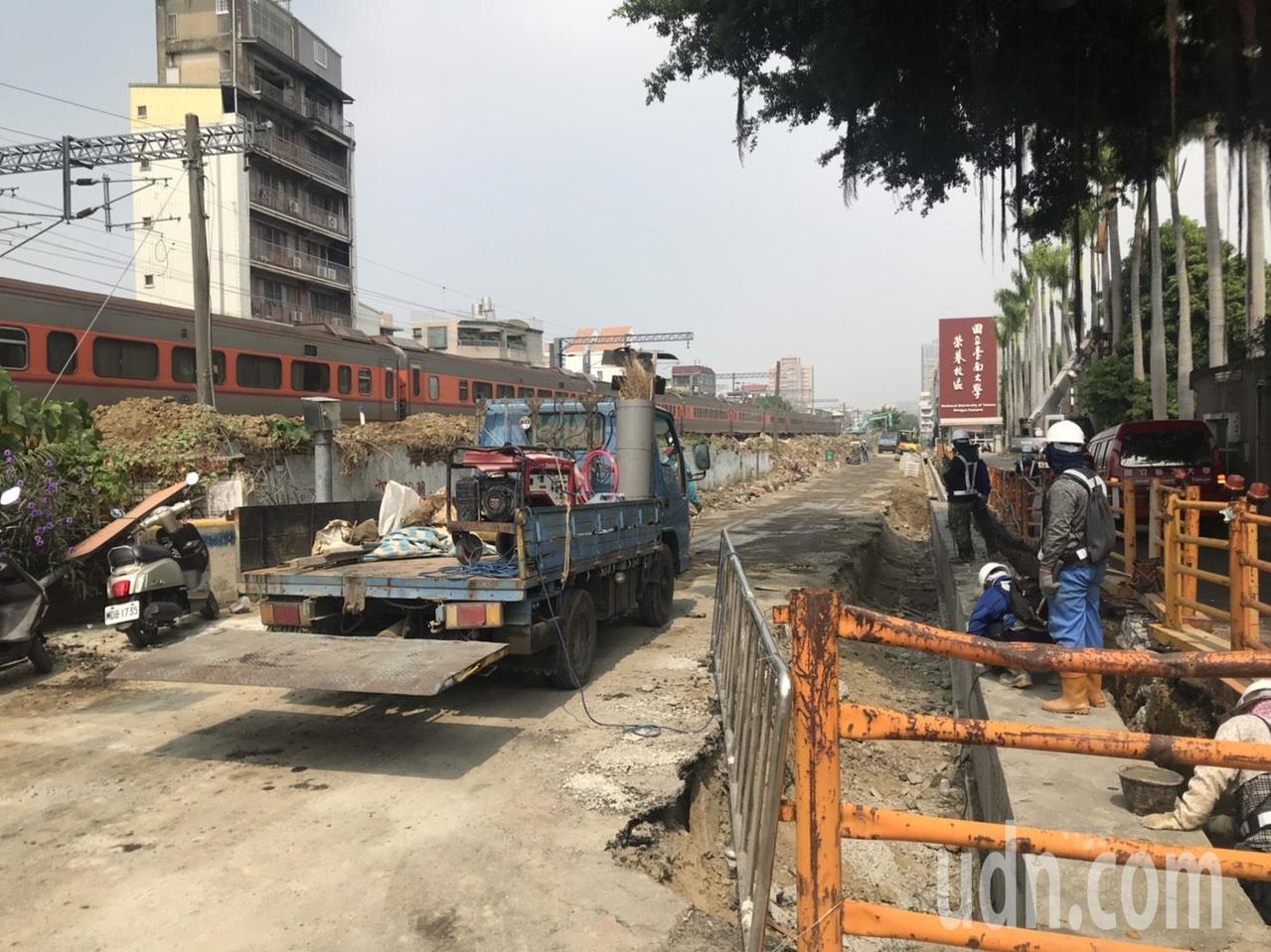 台南東區榮譽街也正在清除雜物準備開挖。記者綦守鈺/攝影