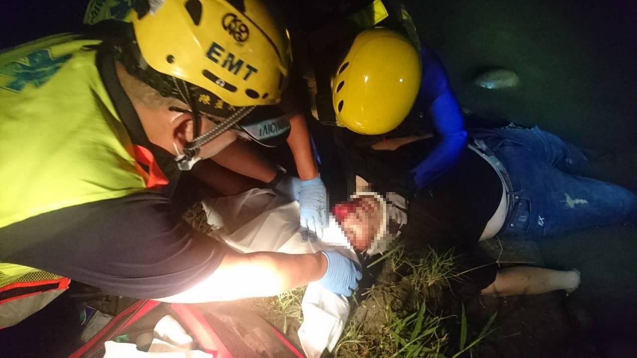 蔡姓男子今凌晨把車停在國道一號大肚橋路肩,並從約3、4層樓高的橋上跳下,所幸消防...