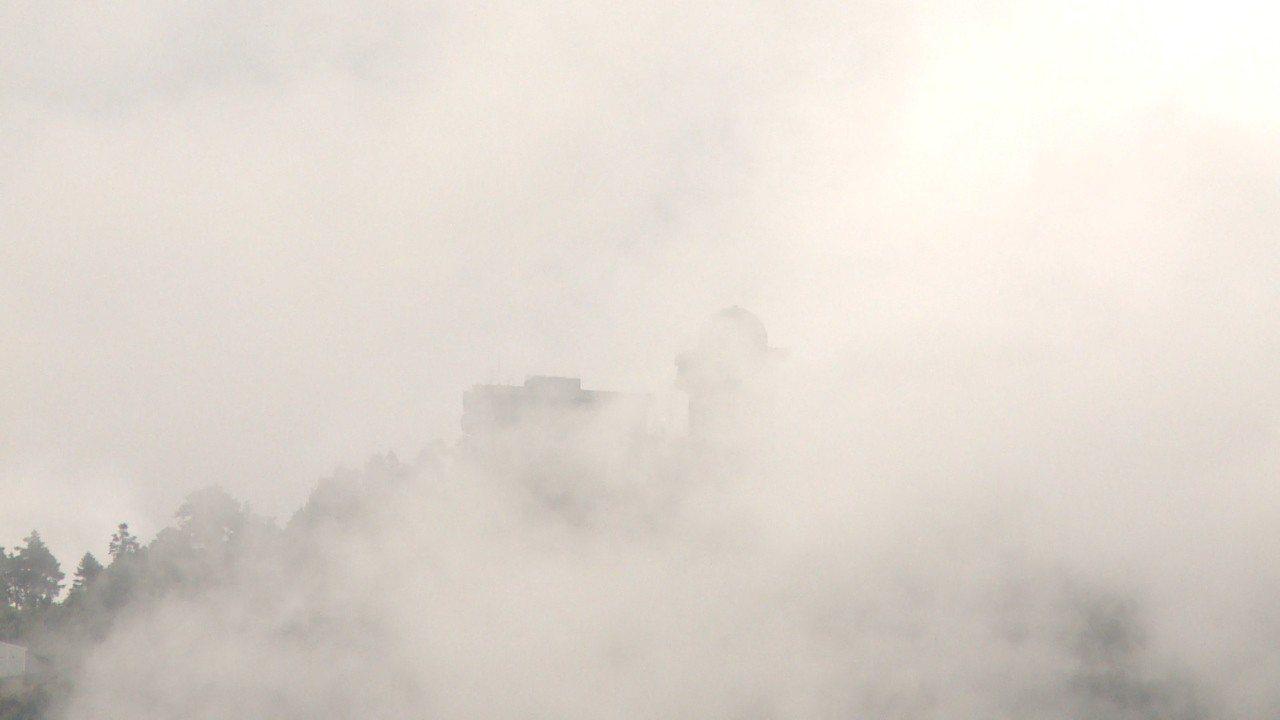 小雪山雷達站位在海拔3020公尺的小雪山山頂,四周時常如仙境般的被雲霧圍繞。記者...