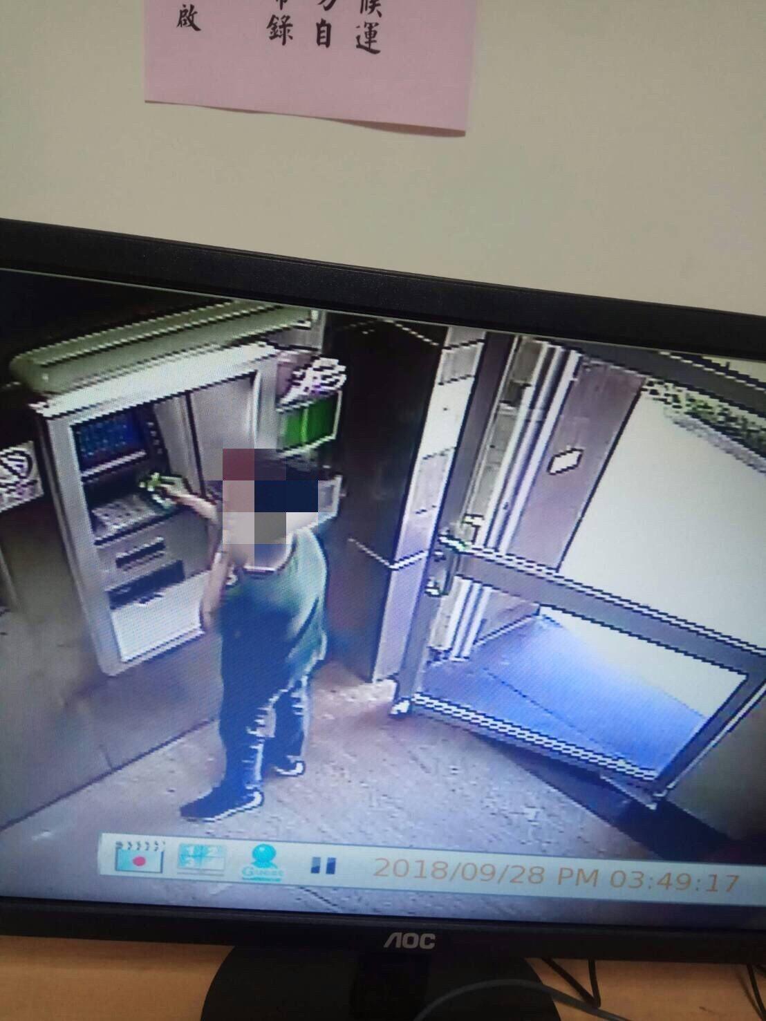 警方調閱車手提領贓款的畫面。記者林伯驊/翻攝