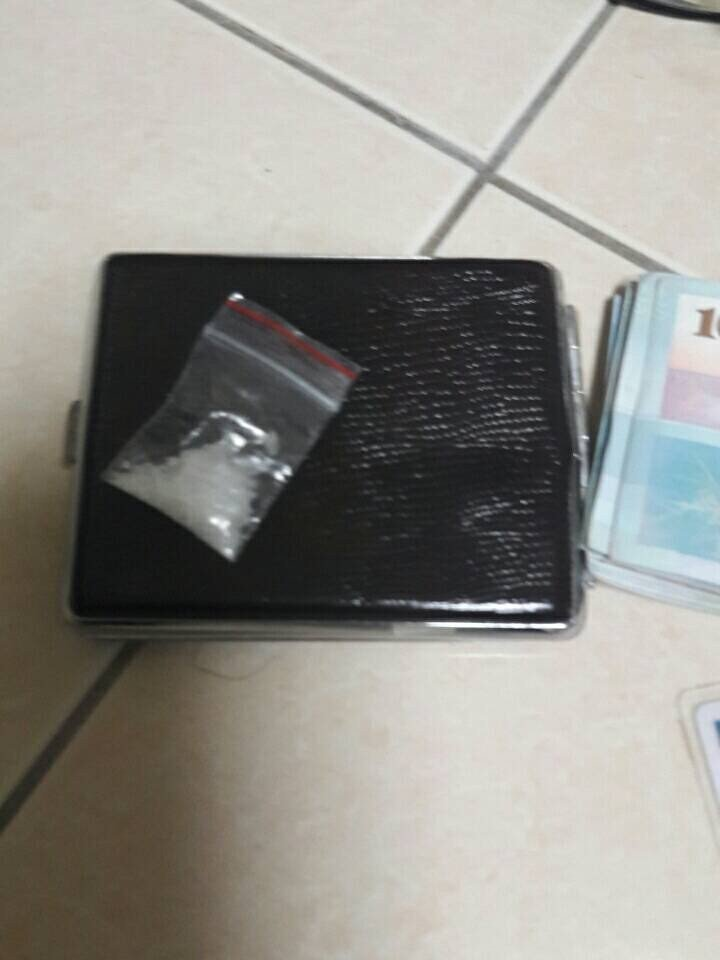 警方在黃姓男子的躲藏處查獲毒品。記者林伯驊/翻攝