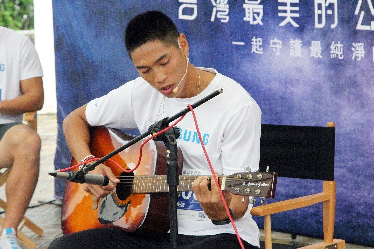 「跨欄一哥」陳傑自彈自唱。記者林宋以情/攝影