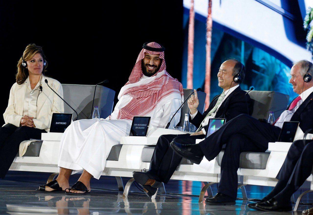 沙烏地阿拉伯王儲穆罕默德(左二)去年10月在沙國首都利雅德舉辦大型投資會議,官商...