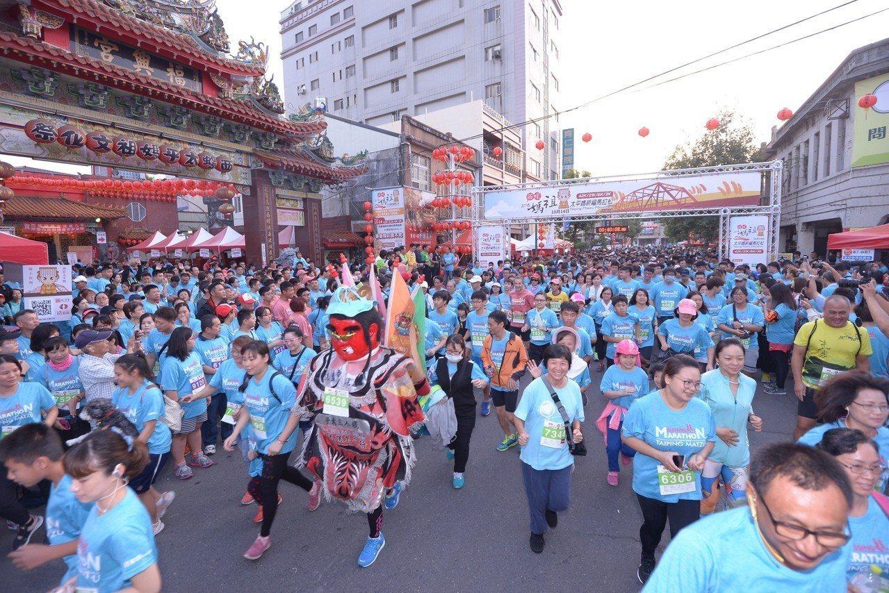 雲林縣福興宮首度舉辦馬拉松,今天上午一早廣場前就聚滿眾多跑友,此次除了有電音三太...