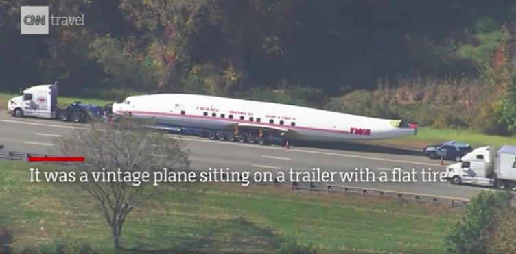 一輛載著洛克希德L-1649A「星航線」飛機機身的卡車因為爆胎停在波士頓的公路上...