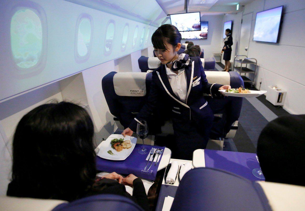 不少搭機乘客下機時會順手牽羊,華盛頓郵報分析,原因可能出在航空業者許多服務都要收...