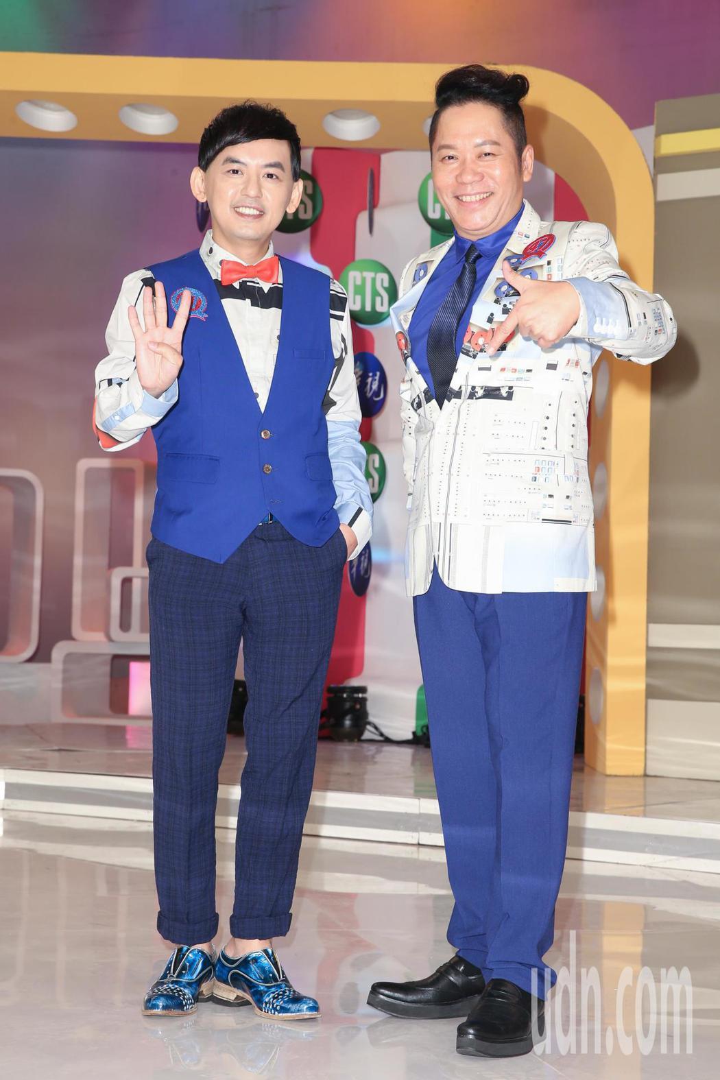 黃子佼(左)與卜學亮(右)出席華視台慶47年節目記者會,一同回味當年拍節目的陳年...