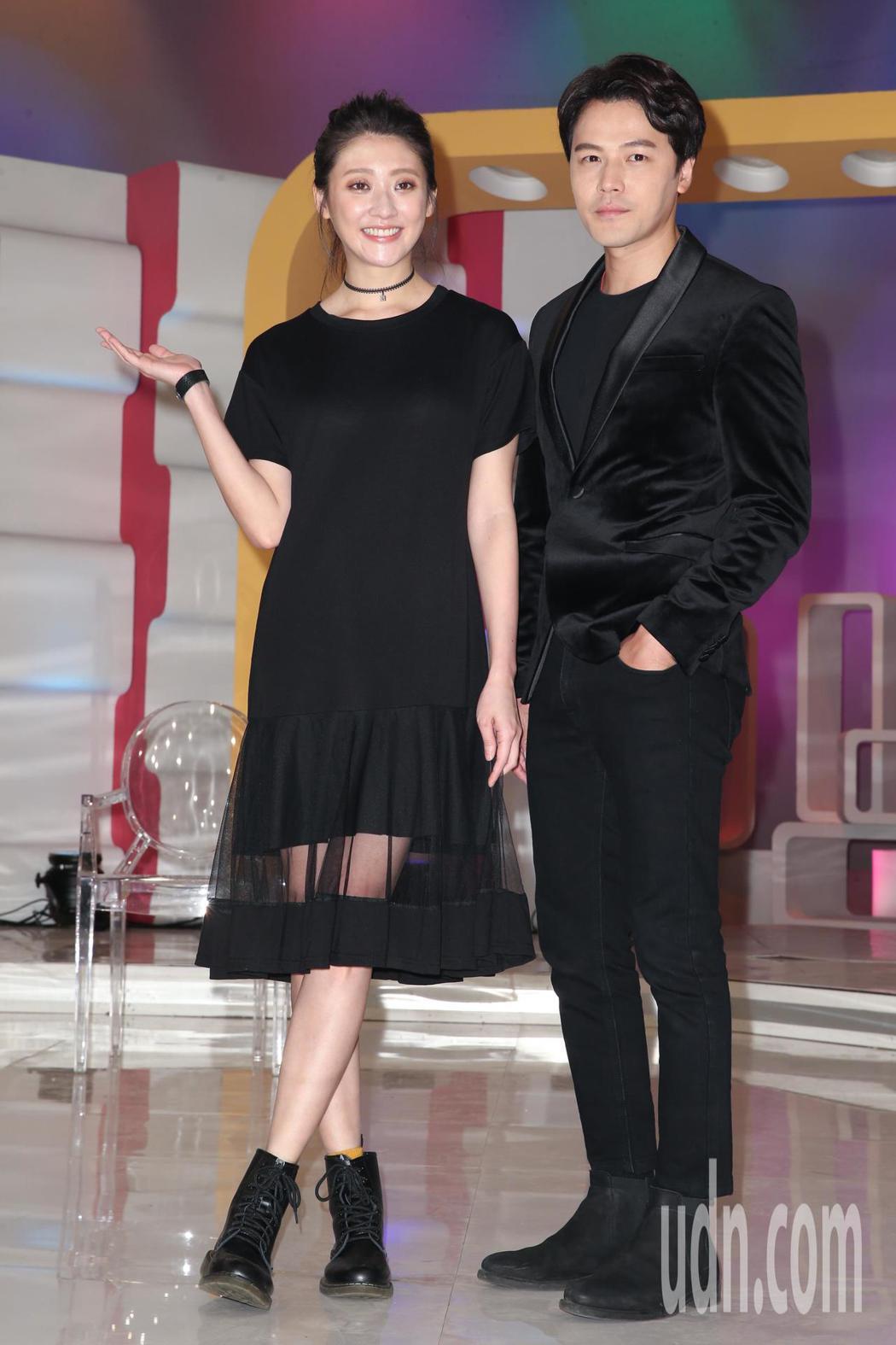 黃文星(右)、林逸欣(左)出席華視台慶47年節目記者會,一同回味當年拍節目的陳年...