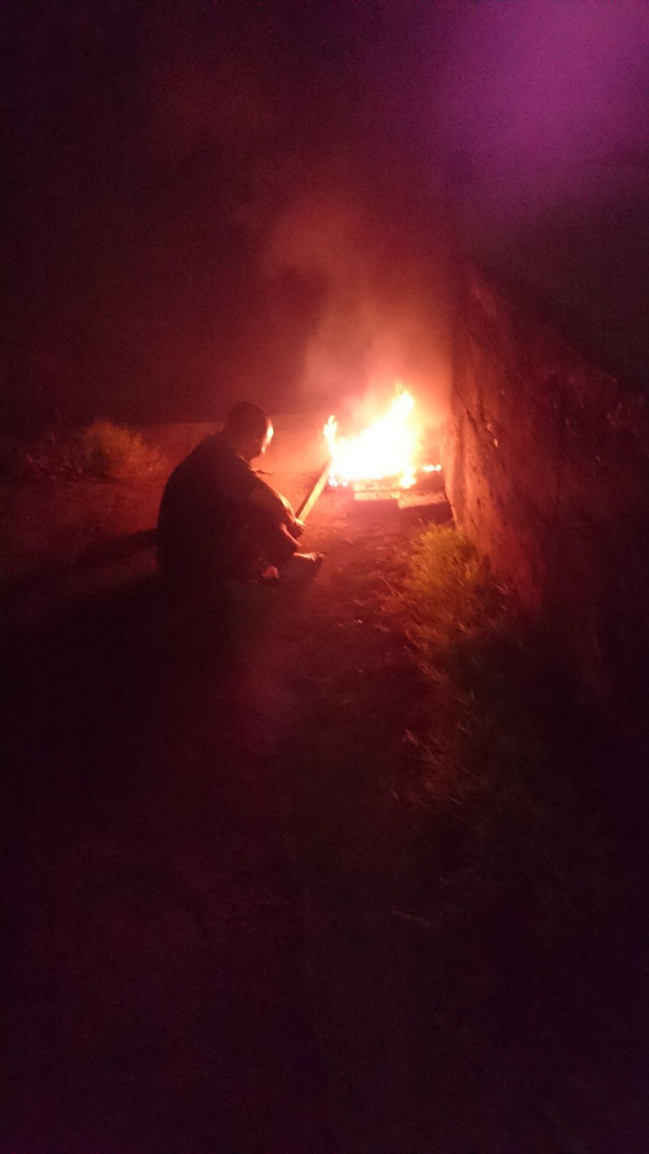 魏姓男子在台南市南區燒廢電線,造成空氣汙染被環保局人員開罰。記者黃宣翰/翻攝