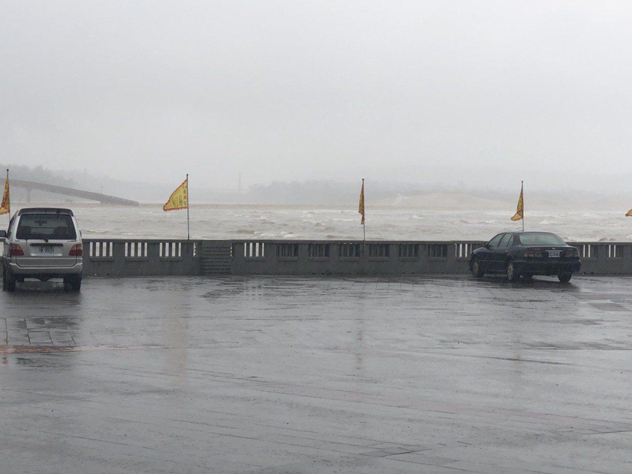 今天下午福隆海邊傳出3人在練習風浪板,被浪帶走,虛驚一場。圖/新北消防局提供