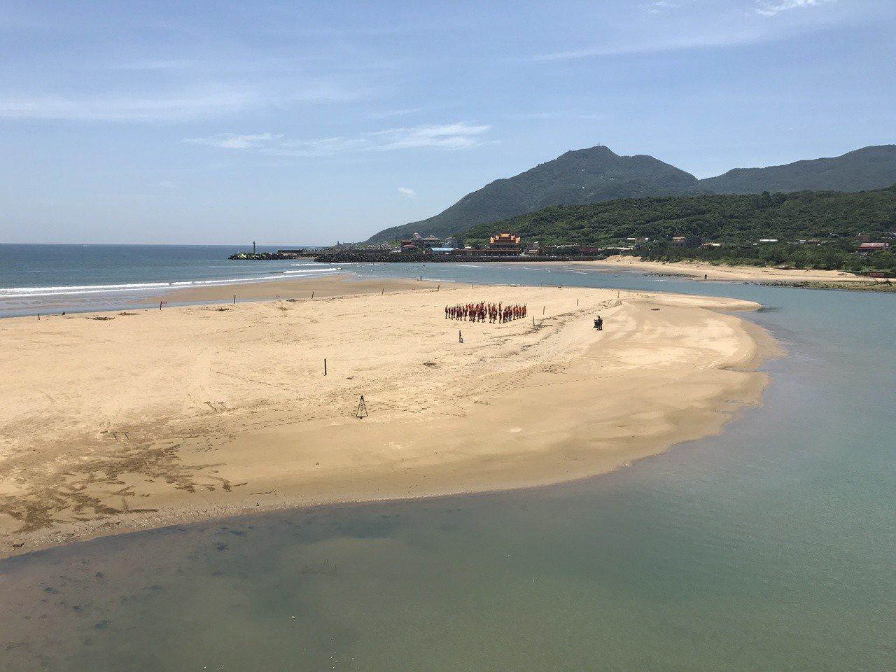 今天下午福隆海邊傳出3人在練習風浪板,被浪帶走,虛驚一場。圖/本報系資料照
