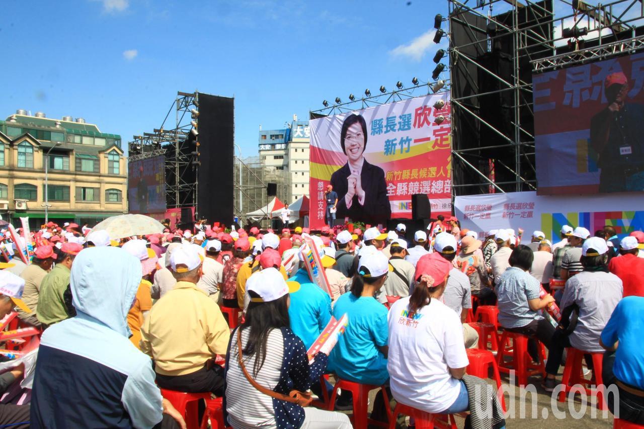今天上午豔陽高照,不少民眾頂著大太陽仍熱情支持,紛紛要與徐欣瑩握手。記者郭政芬/...