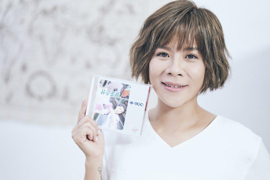 江美琪拿著首張專輯拍攝MV。圖/索尼提供