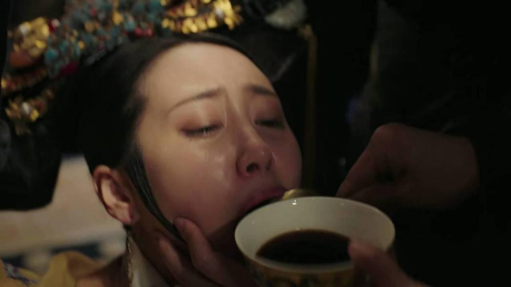 李純飾演的「衛嬿婉」被餵毒藥。圖/截圖自愛奇藝台灣站