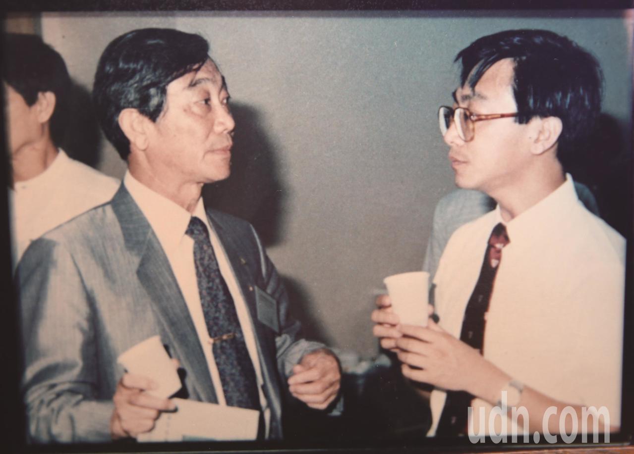 民國80年,陳寶輝(左)與陳宜民(右)父子檔共同參加愛滋國際研討會。圖/...