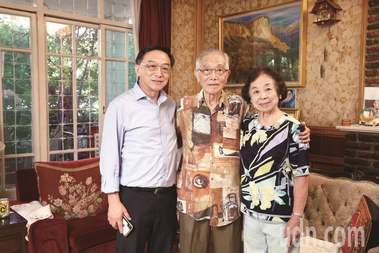 陳寶輝(中)與太太陳印娥(右)、大兒子陳宜民(左)。記者蘇建忠/攝影