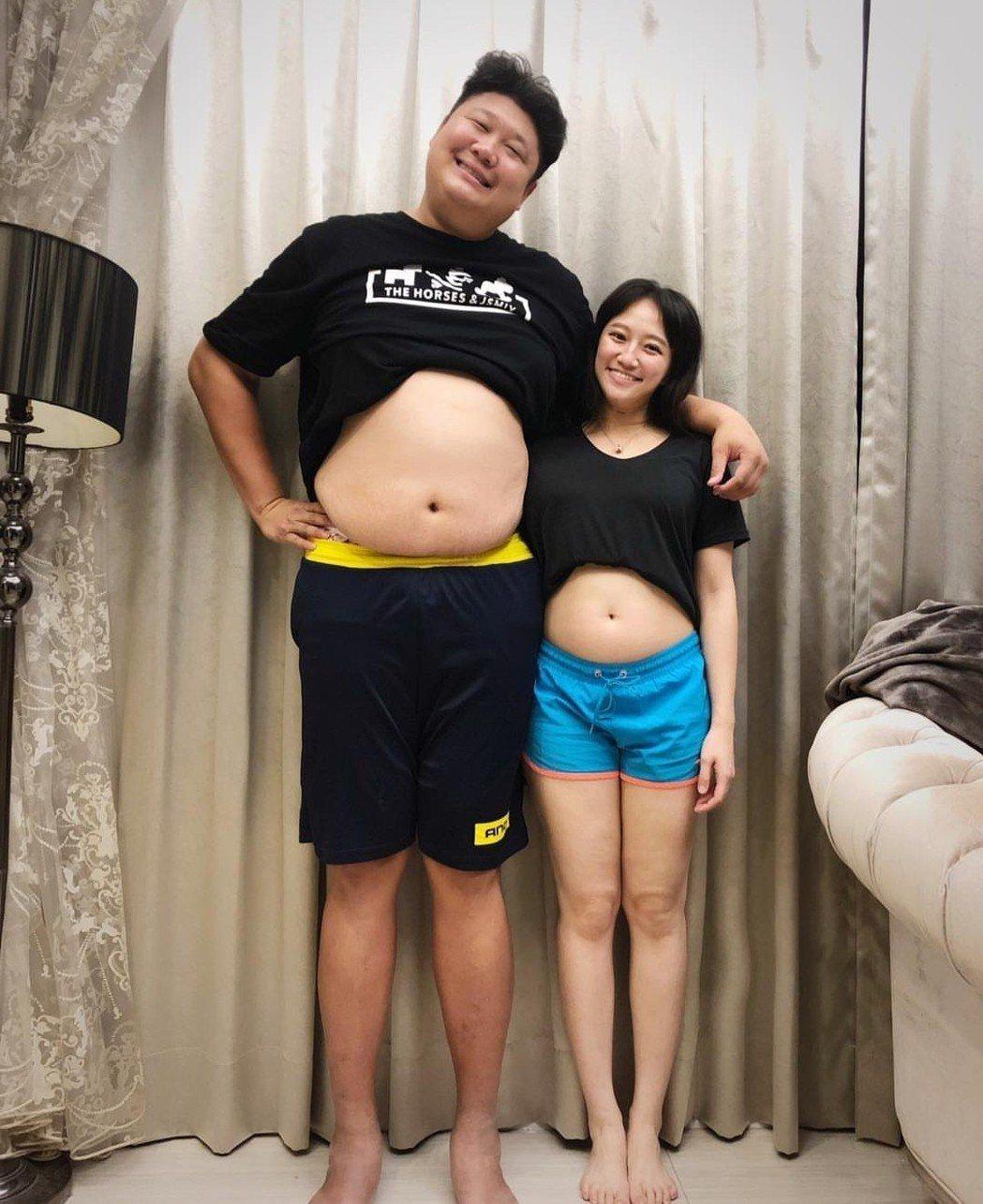 哈孝遠與老婆瑄瑄一起曬出肚皮。圖/摘自IG