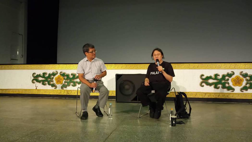 導演洪子健深入「爛腳村」拍攝紀錄片。圖/公視提供