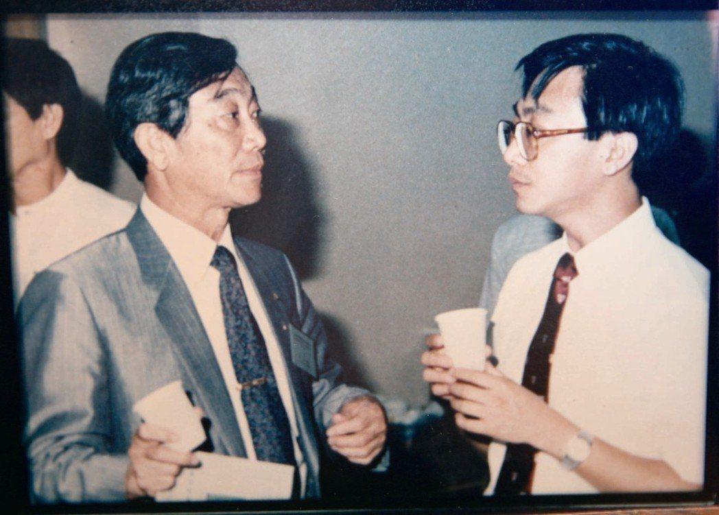 民國80年,陳寶輝(左)與陳宜民(右)父子共同參加愛滋國際研討會。 圖/陳寶輝提...