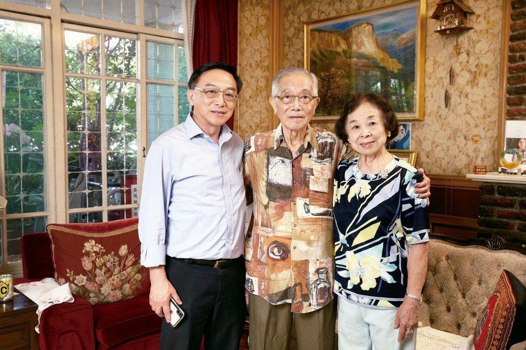 陳寶輝(中)與太太陳印娥(右)、大兒子陳宜民(左)。 圖/陳寶輝提供