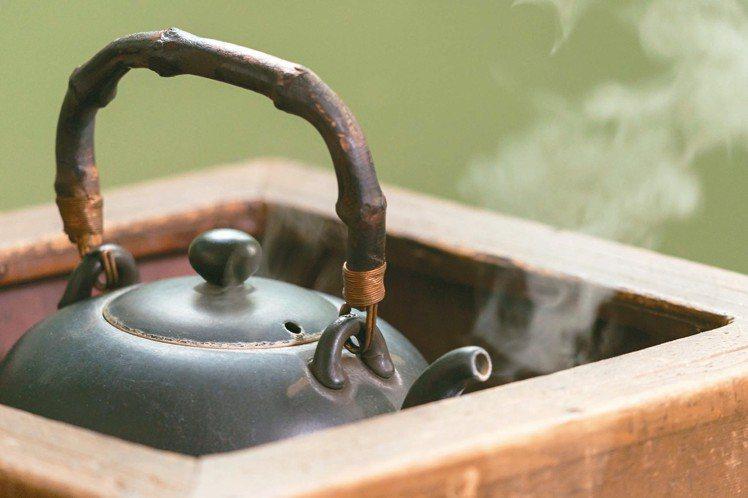 爐上的水壺熱氣蒸騰,一杯回甘好茶即將誕生。 記者陳立凱/攝影