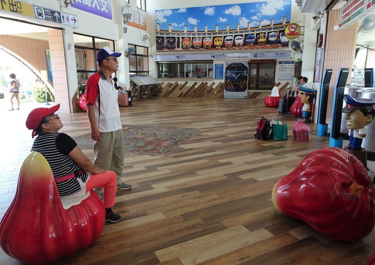 台鐵屏東枋寮火車站的候車椅換成鮮紅欲滴的蓮霧造型。 記者潘欣中/攝影