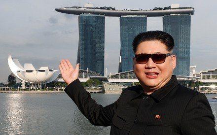 今年6月川金會舉行時,長相酷似金正恩的霍華德也到了新加坡。 (路透)