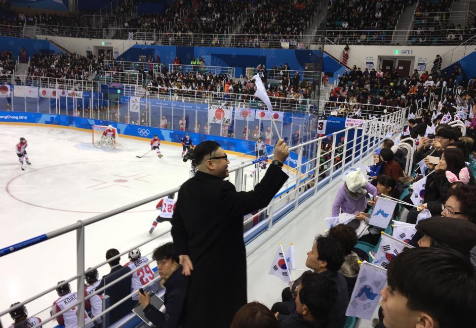 山寨版金正恩在平昌冬奧會冰球比賽時,手持統一旗現身觀眾席。 (美聯社)
