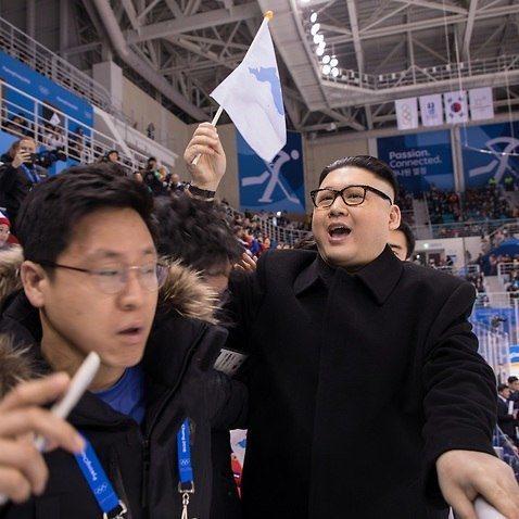 圖為平昌冬奧會工作人員將霍華德請離冰球場畫面。 圖/取自網路