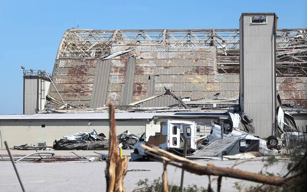 丁道爾空軍基地一處遭颶風嚴重損壞的飛機庫。 法新社