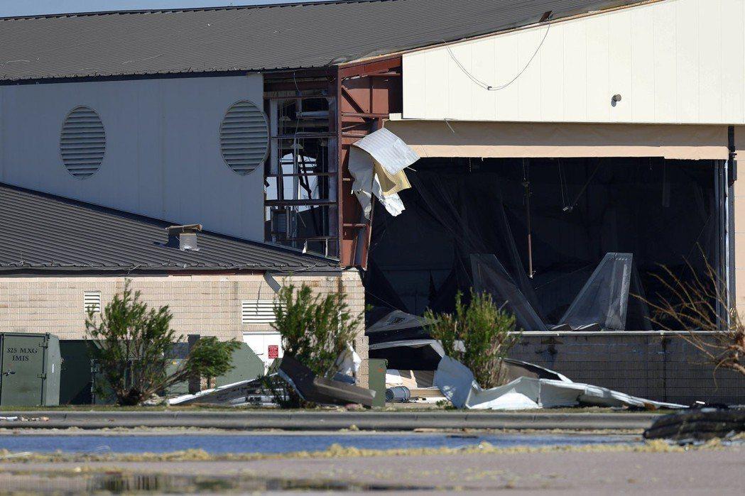 照片中可見一架停在機庫內的F-22戰機。 路透