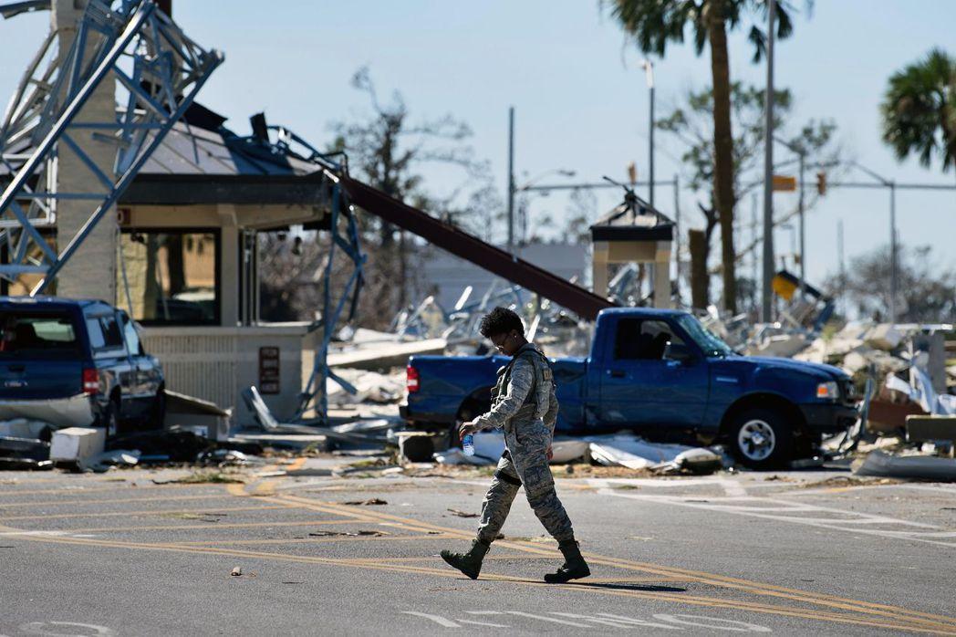 颶風過後的基地入口處一片狼藉。 法新社
