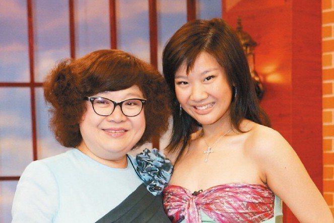 沈殿霞(左)生前與女兒鄭欣宜上「康熙來了」合影。 圖/本報系資料照片