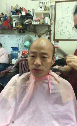韓國瑜笑稱自己是「史上最清秀的禿頭」,還直播禿頭洗頭給網友看。 圖/翻攝韓國瑜臉...