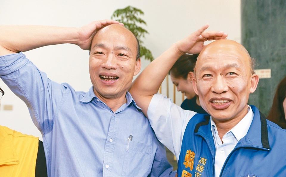 韓國瑜常拿自己禿頭開玩笑,還跟模仿他的演員郭子乾(右)一起上直播節目。 圖/翻攝...