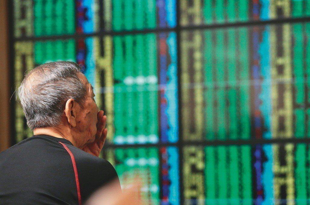 蘋果訂單削減,股價承壓,台股受美股連動,今日跳空開低失守9800點。聯合報系資料...