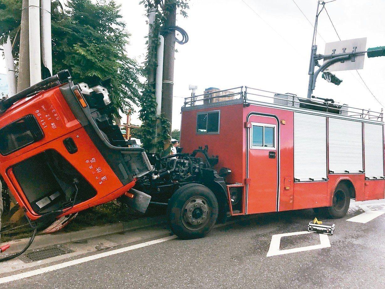 消防車滑行百公尺自撞電線桿。 記者蕭雅娟/攝影