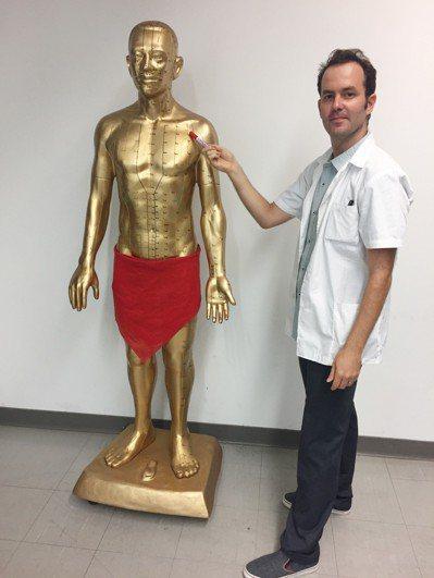 以色列學生唐吉利(Gil Elazar Ton)立志成為中醫師,因此來台留學並就...