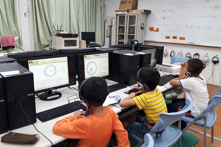學童利用因材網,進行數學領域「時間」單元的課前預習教學活動。圖/作者提供