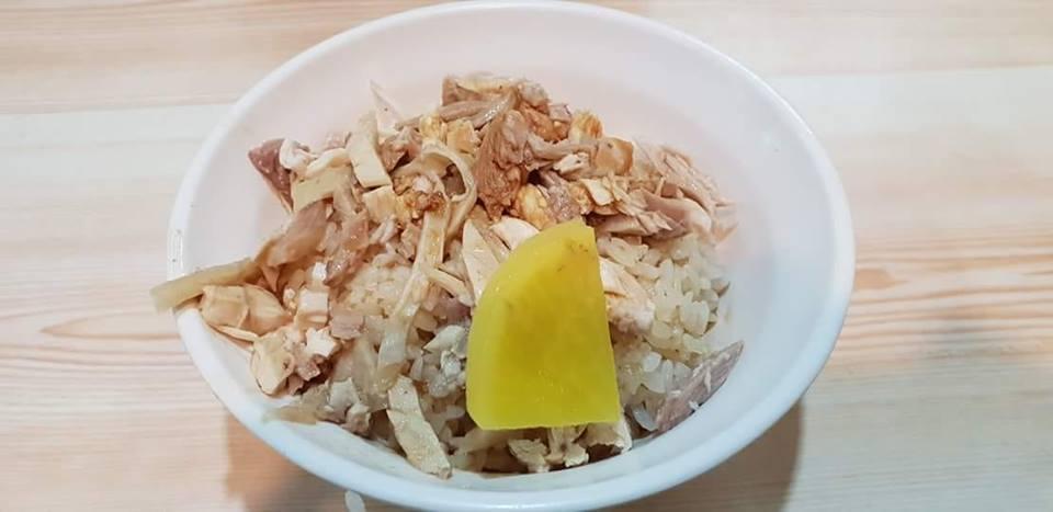 雞肉飯上這片「黃黃的」,引起網友正反兩派激烈辯論。 圖片來源/ ●【爆廢公社】●