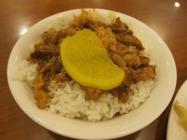 不只是雞肉飯,有些滷肉飯上也會放醃蘿蔔。 圖片來源/ PTT