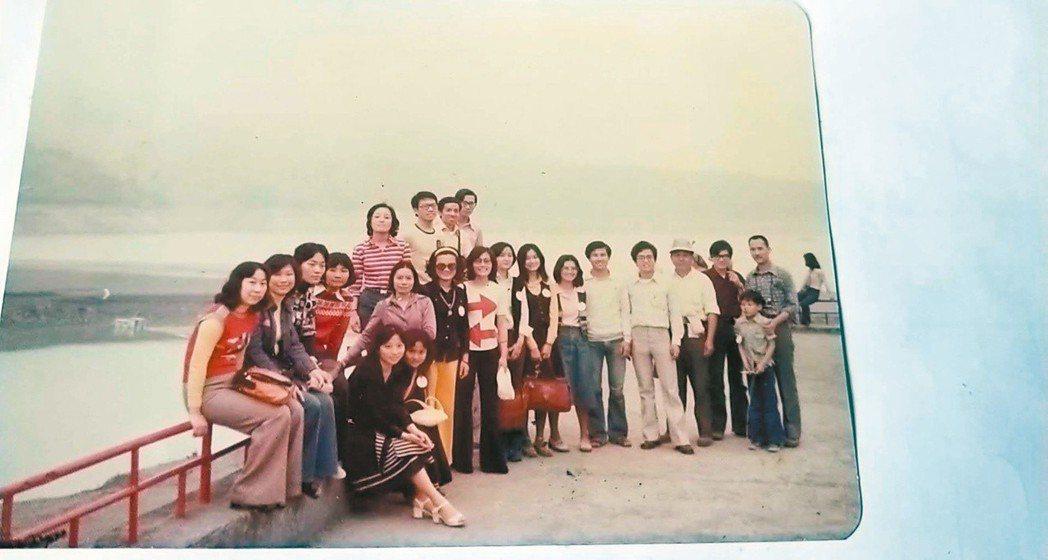 1976年4月,馬各帶聯副作家去三峽白雞寺三民吃活魚,最後到了阿姆坪合影,右一為...