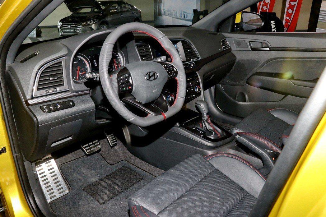 兼具跑格與舒適駕乘的車室內裝。 記者陳威任/攝影